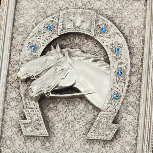 Панно «Подкова» с изображением двух лошадей с камнями