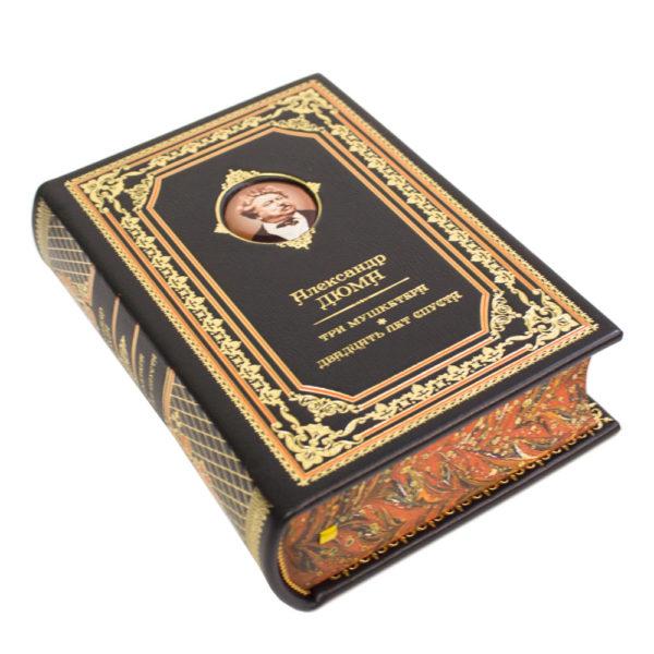 Подарочное издание книги «Александр Дюма: Три мушкетёра» в кожаном переплете