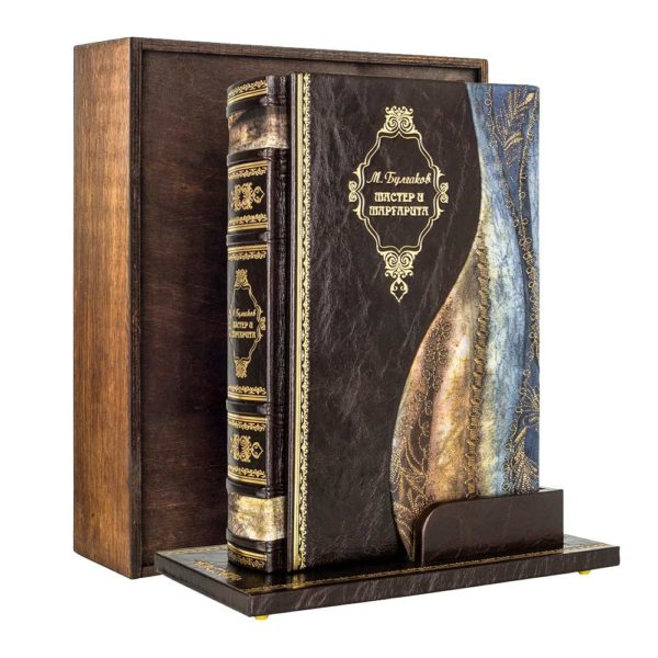 Подарочное издание книги «Булгаков: Мастер и Маргарита» на подставке в кожаном переплете